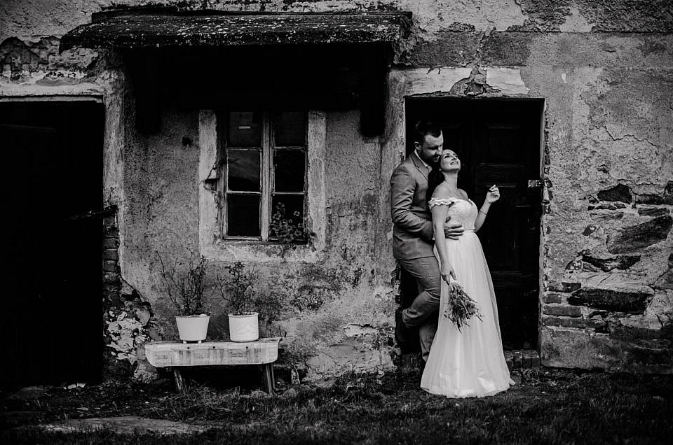 Sielsko – wiejska sesja ślubna | Ania i Mateusz
